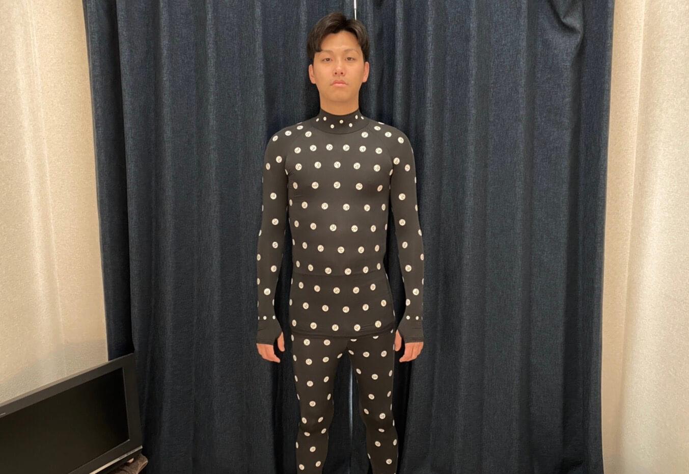 ゾゾスーツを着るナオキ