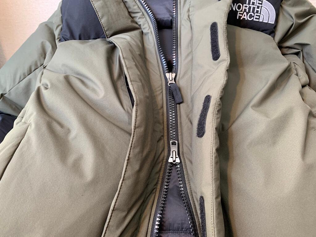 バルトロライトジャケットはマジックテープ+ジッパー