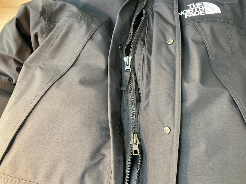 マウンテンダウンジャケットはボタン+ジッパー