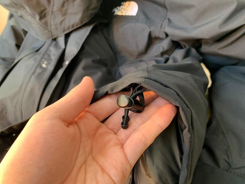 マウンテンダウンジャケット腰の調節機能